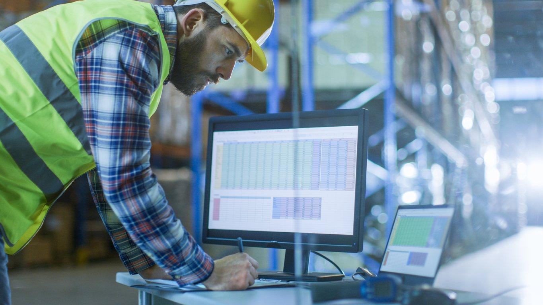 Lagermedarbeider jobber med sikkerhetsrutiner